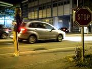 Eine Prostituierte wartet auf Kundschaft auf dem Strassenstrich im Quartier Sebeillon in Lausanne. (Bild: Keystone/JEAN-CHRISTOPHE BOTT)