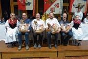 Die neuen Ehrenmitglieder (von links): Hans Vogler, Alois Kathriner, Bruno Niederberger und Edi Burch. Sie werden flankiert von Karin Ettlin (links) und Fabienne Michel. (Bild: Franz Niederberger)