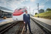 Stadler-Inhaber Peter Spuhler vor dem Hochgeschwindigkeitszug für die SBB. (Bild: Urs Bucher)