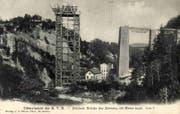 Vom Gerüstturm beim Elektrizitätswerk Kubel aus wurde der stählerne Mittelteil des SOB-Sitterviadukts montiert. Ansichtskarte von 1908. (Bilder: Sammlung Reto Voneschen)