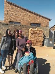 Für einmal unbeschwert trotz schwieriger Vergangenheit, Krankheit und Elend ringsherum: Cristina Karrer (2.v. l.) mit ihrer Mutter, der afrikanischen Pflegerin Susy und deren Tochter in Johannesburg. (Bild: pd)