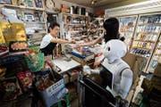 Kann künstliche Intelligenz auch Empathie entwickeln? Eine Japanerin mit ihrem neuen Freund, dem Roboter.Keystone