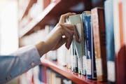 Beim Dachverband der Schweizer Bibliotheken ist man empört über die neue Abgabe. (Bild: Getty)