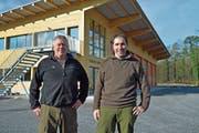 Die beiden Mittelthurgauer Revierförster Hansruedi Gubler und Roman Guntersweiler vor dem neuen Forsthof. (Bild: Mario Testa)