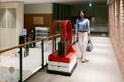 Ein Robo-Page bringt das Gepäck auf das Zimmer. Bild: EPA (Sasebo, 16. Juli 2015)