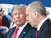US-Präsident Donald Trump (Links) im Gespräch mit dem türkischen Staatspräsidenten Recep Tayyip Erdogan. (Bild: KEYSTONE/EPA POOL/TATYANA ZENKOVICH)