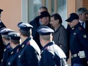 Der ehemalige Linksterrorist Cesare Battisti ist am vergangenen Montag nach jahrzehntelanger Flucht in Rom eingetroffen. In Italien soll er für seine Beteiligung an vier Tötungsdelikten eine lebenslange Haftstrafe verbüssen. (Bild: KEYSTONE/AP/ALESSANDRA TARANTINO)