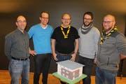 Engagieren sich für das Pfadiheim Uri, das sie im Modell bereits vor sich haben (von links): Iwan Meyer, Marco Grepper, Othmar Arnold, Renzo Imhof und David Walker. (Bild: Markus Zwyssig (Altdorf, 20. Januar 2019))