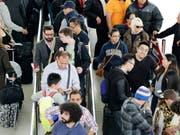 Das Sicherheitspersonal an US-Flughäfen arbeitet seit mehr als vier Wochen ohne Lohn. Die Wartezeiten an den Kontrollstellen liegen an den wichtigen Flughäfen in den USA aber weiterhin im normalen Rahmen von bis zu 30 Minuten. (Bild: KEYSTONE/AP/MARK LENNIHAN)