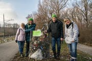 Vertreter der Grünen beim Mahnmal aus Abfall: Regina Rosin, Cornelia Wetzel, Didi Feuerle, Gisela Schreiber. (Bild: PD)