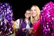 Die beiden Frauen ziehen mit Glitzer und Bier durch die Nacht. (Bild: Donato Caspari)