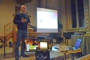 Steve Schild überträgt seinen Vortrag aus der Märwiler Kirche mit dem Smartphone direkt in die Sozialen Medien. (Bild: Christoph Heer)