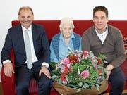 Gemeindepräsident Max Vögeli und Gemeindeschreiber Reto Martin gratulieren der Jubilarin Hedwig Fröhlich. (Bild: PD)