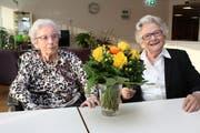 Ein Blumenstrauss von der Gemeinde Meggen: Johanna Mahlstein (links) und Thery Dietrich feierten Anfang Jahr ihren 100. Geburtstag. (Bild: PD)