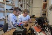 «Do it by yourself»: Zwei Sekundarschüler programmieren im neuen Technik-Labor der Kanti Trogen einen Mikroprozessor. (Bild: Claudio Weder)