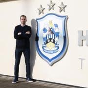 Jan Siewert posiert vor dem Clublogo von Huddersfield. (Bild: Getty)