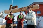 Markus Nussbaumer, Pascal Schönman und Iwan Iten (von links) lassen die Korken knallen.Bild (Bild: : Stefan Kaiser, Oberägeri, 22. Januar 2018)