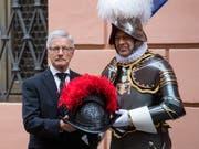 Die neuen Kunststoffhelme tragen auf beiden Seiten das Wappen Papst Julius' II. (1503-1513). Die traditionellen Helme aus Metall tragen die Schweizergardisten weiterhin bei hohen Anlässen. (Bild: KEYSTONE/TI-PRESS/GABRIELE PUTZU)