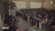 Blick ins Klassenzimmer. (© Screenshot/Cacao, les enfants pris au piège)