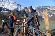 Die Schüler legten sich am Reussdelta ins Zeug und trotzten so der Kälte. (Bilder: Urs Hanhart (Seedorf, 23. Januar 2018))