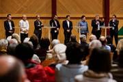 Der Kandidat für das Stadtpräsidium, Dominik Diezi (ganz links), diskutiert zusammen mit den Stadtratskandidaten im Podium: Jörg Zimmermann, Peter Gupser , Moderator Jürg Lengweiler, Michael Hohermuth, Didi Feuerle, Luzi Schmid und Konrad Brühwiler.