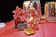 Keine Lust auf hundert Jahre Schlaf: Rosa (Pascale Pfeuti) mit Rolf, der sprechenden Rose ohne Dornen (Kay Kysela). (Bild: Jos Schmid)