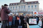 Organisator Tim Kilchsperger (links) beim Klimastreik vor dem Zuger Regierungsgebäude. (Bild: Zoe Gwerder (Zug, 18. Januar 2019))