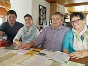 Generationenwechsel: Daniel Ulmann und Claudia Frehner treten die Nachfolge des nach 42-jähriger Tätigkeit in den Ruhestand tretenden Ehepaars Sepp und Prisca Fuster-Schmid an (v.l.). (Bild: Peter Eggenberger)