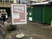 Auf dem Marktplatz wirbt bereits ein Plakat für die Ausstellung der Wettbewerbsprojekte im Waaghaus. (Bild: Reto Voneschen - 24. Januar 2019)