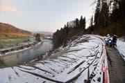 Der zur Thur hin abrutschende Hang und die für motorisierte Verkehrsteilnehmer gesperrte Haldenstrasse. (Bild: Donato Caspari, 22. Januar 2019)