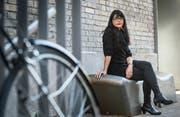 Die Autorin sitzt gemütlich in Winterthur (Bild: Andrea Stalder)