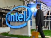 Der Intel-Konzern hat im abgelaufenen Geschäftsquartal den Umsatz um neun Prozent gesteigert - Experten hatten jedoch mehr erwartet. (Bild: KEYSTONE/EPA/MAURITZ ANTIN)