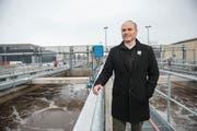 Der Hochdorfer Gemeinderat Roland Emmenegger (FDP) macht sich ein Bild von der ARA Hochdorf. (Bild: Dominik Wunderli, Hochdorf, 24. Januar 2019)