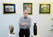 Der Porzellanmaler Bernd Hauswirth zeigt einige seiner besonderen Bilder und prächtigen Designobjekte. (Bild: Hansruedi Rohrer)
