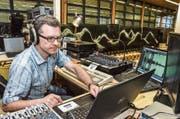 Der Technikchef auf dem Technikturm: Stefan Müller überwacht den Ablauf des Unterhaltungsprogramms. (Bild: Christoph Heer)