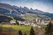 Die Churfirsten sind nah, doch die Zentren weit: Wildhaus-Alt St.Johann hat viel zu grosse Baulandreserven. (Bild: Urs Bucher (Wildhaus, 24. November 2018))