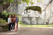 Touristen knipsen vor dem Löwendenkmal ein Selfie. (Bild: Isabelle Jost (Luzern, 28. Juni 2017))