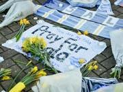 Gedenkstätte mit Blumen ausserhalb des Cardiff City Football Club. Der verschollene Fussballer Emiliano Sala sollte für den britischen Club spielen. Die Kritik am Abbruch der Suchaktion ist laut. Der Pilot hätte die vom Radar verschwundene Maschine offenbar gar nicht fliegen dürfen. (Bild: KEYSTONE/AP PA/BEN BIRCHALL)