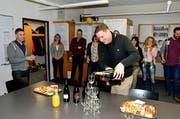 Spontan wird die Wahl von Thomas Minder zum Präsidenten vom Verband Schulleiterinnen und Schulleiter Schweiz gefeiert. Mit Champagner weiss der Wallenwiler gut umzugehen. (Bilder: Christoph Heer)