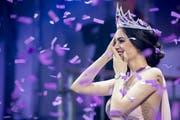 Jastina Doreen Riederer freut sich über ihre Krönung zur Miss Schweiz 2018. (Bild: Ennio Leanza/Keystone (Baden, 10. März 2018))