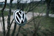 Der Toggenburger Garagist hängte bildlich gesprochen das Logo des Autoherstellers an den Nagel. (Bild: Keystone/Christian Beutler)