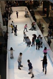 Eine ähnliche Eisbahn aus synthetischem Eis, wie sie dereinst auf dem EWL-Areal für ein Theaterstück stehen wird, befindet sich bis 9. Februar im Emmen Center. (Bild: PD)