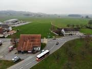 Auf der grossen Wiese in der Bildmitte soll der kantonale Werkhof für den Oberthurgau entstehen. Die alte Käserei Schrofen (rechts im Bild) wird einst der Bodensee-Thurtalstrasse (BTS) weichen müssen und abgebrochen. (Bild: Reto Martin)