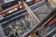 Die maschinelle Sortierung der gemischten Kunststoffsammlung erfolgt über lange Bänder, Erkennungskameras und Luftstösse. (Bild: PD)
