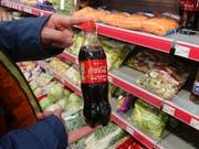 Bei Coca-Cola steckt in der Schweiz bald weniger in der Flasche. (Bild: AWP)