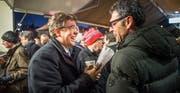 Albert Rösti (links), Präsident der SVP Schweiz, unterhält sich mit seinem Gossauer Parteikollegen und Kreisparteipräsidenten Benno Koller. (Bild: Michel Canonica)