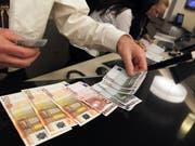 Mit genauerem Hinsehen sollten Konsumenten echte Euronoten sofort von Falschgeld unterscheiden können. (Bild: KEYSTONE/URS FLUEELER)