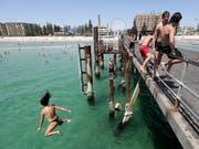 Abkühlung in Adelaide. Dort ist es derzeit 46,6 Grad Celsius. (Bild: KEYSTONE/EPA AAP/KELLY BARNES)