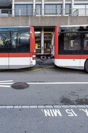 Die neuen Busse der VBSG mit Anhänger hatten ein Problem mit der Software. (Bild: Thomas Hary)