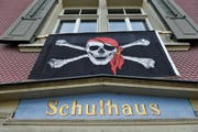 2011 demonstrierten die Häggenschwiler mit Piratenflaggen gegen die geplante Schliessung der Oberstufe. (Bild: Ralph Ribi (25. November 2011))